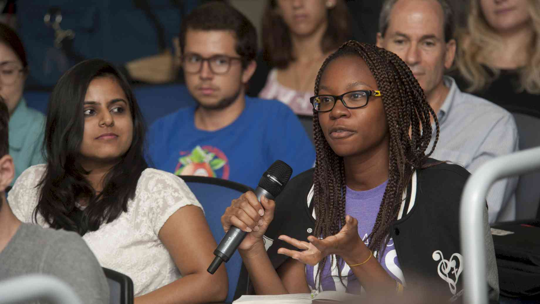 Audience member asks a question during Dr. Fernanda Pitta's visit to UF